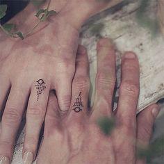 29 couples qui ont troqué la traditionnelle alliance contre de magnifiques tatouages pour symboliser leur amour | SooCurious