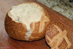 Pão italiano recheado com molho de queijos e iscas de mignon