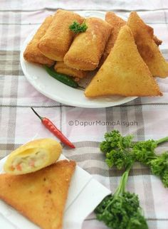 Indonesian Desserts, Indonesian Cuisine, Asian Desserts, Indonesian Recipes, Savory Snacks, Snack Recipes, Cooking Recipes, Bread Recipes, Mie Goreng