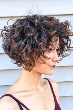 20 Attractive And Chic Curly Bob Ideas For Everyone HAIR short curly bob hairstyles - Bob Hairstyles Layered Curly Hair, Short Curly Bob, Curly Hair Cuts, Medium Hair Cuts, Short Hair Cuts, Curly Hair Styles, 4c Hair, Long Bob, Wavy Hair