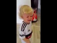 Ağlayan çocuğu sadece Demba Ba bestesi susturdu!