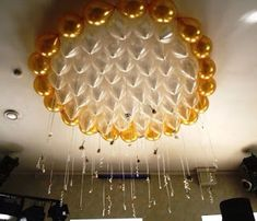 Elegant balloon ceiling in gold and white. Balloon Ceiling Decorations, Balloon Columns, Balloon Arch, Balloon Ideas, Birthday Balloon Decorations, Baby Shower Decorations, Deco Ballon, Helium Balloons, Ceiling Design