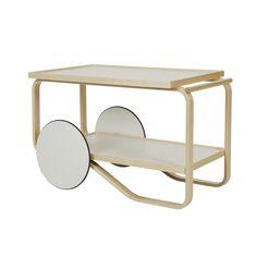 O Carrinho Tea Trolley é design de Alvar Aalto de 1935-37. Estrutura em bétula. Rodas brancas em MDF laqueado, aro de borracha preta.