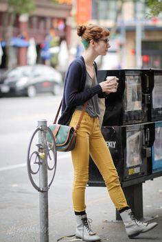 jordan photographed by it's my darlin' seattle street style - pantalon jaune Brooklyn Street Style, Seattle Street, Mustard Pants, Seattle Fashion, Yellow Pants, California Style, Street Style Looks, Style Inspiration, Creative Inspiration
