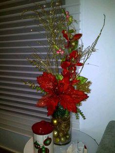 POINSETTIA FLORAL ARRANGEMENT Rainbow Christmas Tree, Christmas Swags, Christmas Flowers, Christmas Holidays, Christmas Flower Arrangements, Holiday Centerpieces, Christmas Tree Decorations, Diy Weihnachten, Christmas Projects