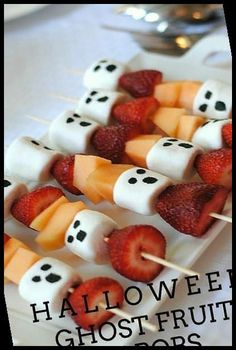 Planning a Halloween party? You will want to check out this list of 25 amazing Halloween treat recipes!#Halloween #Treats #Best #The #25 halloween recipes 25 Of The Best Halloween Treats Halloween Desserts, Entree Halloween, Halloween Fingerfood, Halloween Fruit, Hallowen Food, Healthy Halloween Treats, Halloween Appetizers, Halloween Food For Party, Dollar Store Halloween