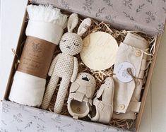 Scatola regalo bambino Scatola regalo doccia bambino scatola | Etsy Baby Shower Baskets, Baby Hamper, Baby Shower Gifts, Baby Gift Box, Baby Box, Gifts For Mom, Diy Gifts, Diy Bebe, Crochet Bunny
