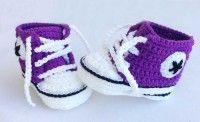 Zapatillas deportivas ganchillo/crochet  Patucos de ganchillo imitando a los converse de color morado.