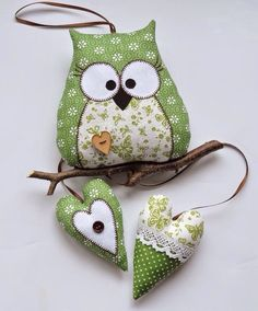 Textile sovushki + pattern stuffed fabric owl and heart decoration or soft toyÍgy segítheti a feng shui az iskolakezdést és a tanulást.Cute Owl with template.Toys with their own hands - toys with their own handsThe interior toy is a hamlet. Owl Sewing, Sewing Toys, Sewing Crafts, Sewing Projects, Sewing Ideas, Owl Fabric, Fabric Toys, Fabric Art, Owl Ornament