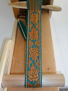 Discover and Build an Inkle Loom! Inkle Weaving Patterns, Loom Knitting Patterns, Weaving Textiles, Loom Weaving, Knitting Tutorials, Free Knitting, Stitch Patterns, Finger Weaving, Mochila Crochet