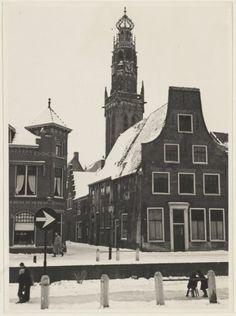 Besneeuwde Bakenessergracht, hoek Vrouwestraat met de Bakenesserkerk 1955