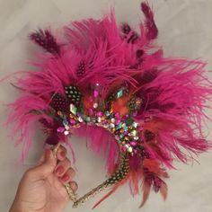 Tiara com plumas para carnaval Carribean Carnival Costumes, Venice Carnival Costumes, Diy Carnival, Trinidad Carnival, Carnival Outfits, Mardi Gras Costumes, Caribbean Carnival, Creepy Carnival, Costumes Kids