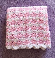 Manta de bebé de ganchillo rosa y blanca.   Manta mide aproximadamente 36 x 36 color de rosa y manta blanca bebé.   Hace un gran regalo de