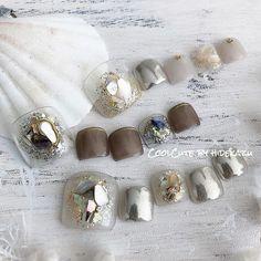 """@_hidekazu_ on Instagram: """"キラキラシェル☆ ・ もちろん両足でも可愛いのだが アシメで片方を天然石、片方をこのキラキラにするスタイルが人気です👍 ・ いよいよこれからフットの季節ですね🤩 ハンド出来ない方は、ぜひフットネイルを楽しんでください(*ˊ˘ˋ*)。♪:*° ・ ・ ・…"""""""