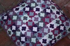 VÅRLI : Fra julegavesekken: Heklet pute i små oldemorsrute... Blanket, Rugs, Crochet, Home Decor, Farmhouse Rugs, Decoration Home, Room Decor, Ganchillo, Blankets