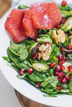 Winter Salat mit Walnüssen, Grapefruit und Granatapfelkernen .  Mit einem Salat kann man sowohl im Winter als auch Sommer nicht falsch machen. Ein Walnuss, Grapefruit und Granatapfelkern Salat mit Babykohlsprossen und Babyspinat, enthält viel Eisen und reichlich wichtige Vitamine, um das Immunsystem zu stärken. Einfach, lecker, vegan, und im Handumdrehen zubereitet.