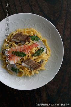 白磁陽刻牡丹文7.5寸皿・阿部春弥 Rustic Plates, Japanese Food, Pasta Salad, Spaghetti, Ethnic Recipes, Pottery, Crab Pasta Salad, Noodle Salads, Noodle