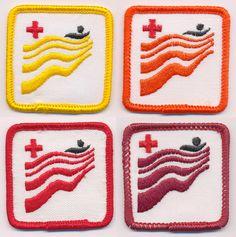 """Les écussons des cours de natation. On se donnait ben de l'importance en se demandant : """"T'es quelle couleur en natation, toé."""" Je rêvais de me rendre dans les couleurs hot à la fin!"""