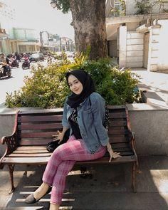 Casual Hijab Outfit, Hijab Chic, Muslim Girls, Muslim Women, Sexy Asian Girls, Beautiful Asian Girls, Hot Girls, Hijab Jeans, Desi Bride