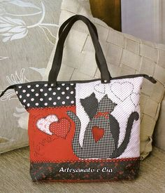 Patchwork bag with appliquéd cats LEO: good idea for applique cats Handmade Purses, Handmade Handbags, Patchwork Bags, Quilted Bag, Bag Quilt, Cat Applique, Cat Bag, Handbag Patterns, Diy Bags Purses