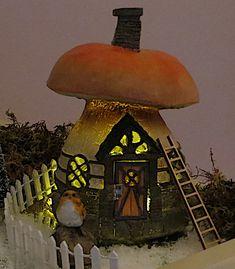 www.decorelle.fi - Suunnittele ja toteuta kaikkien aikojen ihanin ja hurmaavin joulun tunnelmaa hehkuva joulukyläsi myynnissämme olevilla keijutaloilla! Garden Products, Miniature Fairy Gardens, Miniatures, Painting, Decor, Art, Art Background, Decoration, Painting Art