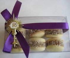 First Communion Ideas Comunion Cakes, Communion Decorations, Boys First Communion, Baby Boy Baptism, Ideas Para Fiestas, Wedding Party Favors, Macaroons, Holidays And Events, Christening