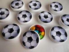 20 Lembrancinhas Criativas para Festa Futebol Soccer Birthday Parties, Soccer Party, Dad Birthday, Birthday Party Decorations, Soccer Ball, Party Themes, Soccer Decor, Gifts For Photographers, Square Photos