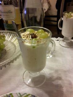 Naturalny elegancki jogurt na deser z winogronami i daktylami.