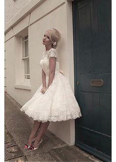 VestidoDeNoviayFiesta.com es el mejor sitio donde puedes encontrar vestidos de novia cortos, elegantes y sencillos. Tenemos el vestido de novia corto de tus sueños!