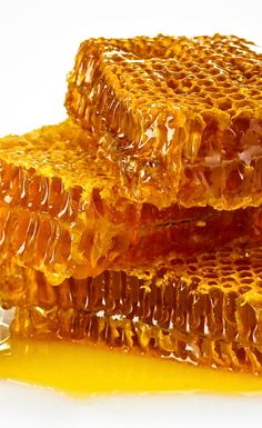 A precious natural remedy that helps clean, soothe and moisture all skin types - Bee honey effectively boosts the texture of the skin and lightens blemishes. Honey Bee Hives, Honey Bees, Milk And Honey, Raw Honey, Save The Bees, Bees Knees, Bee Keeping, Natural Remedies, Food Photography
