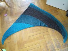Ce noël j'ai reçu un bol à laine avec 2pelotes de air alpaca turquoise de katia. J'ai décidé d'en faire un projet pour moi, pour une fois. Du coup j'ai racheté des pelotes  et décidé de faire un châle toudou pour bibi ;)