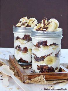 Banana split in the glass - Kuchen - Dessert Dessert Simple, Dessert In A Jar, Dessert Food, Best Cookie Recipes, Sweet Recipes, Cake Recipes, Dessert Recipes, Tea Recipes, Drink Recipes
