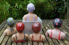 Deze dames van keramiek zijn ca. 12 cm hoog. Ze zijn bewerkt met onderglazuur en daarna met een transparante glazuur afgewerkt. Amy heeft een rood badpak en een zwarte badmuts met rode bloemen. Car...