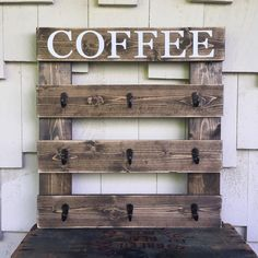 9 Cup Coffee Rack, Coffee Mug Sign, Wood Sign with Hooks, Coffee Cup Hanger, Rustic Kitchen Decor - Holz Design Diy Home Decor Rustic, Rustic Kitchen Decor, Kitchen Decor Themes, Pallet Home Decor, Homemade Home Decor, Rustic Office, Bedroom Rustic, Rustic Nursery, Rustic Italian