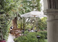 Chateau Marmont Restaurant Patio - West Hollywood - Los Angeles - The Infatuation Hollywood Hotel, West Hollywood, Hollywood California, Hollywood Boulevard, Architecture Courtyard, Outdoor Dining, Outdoor Decor, Los Angeles Restaurants, Chateau Marmont