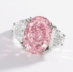 Amazing Evelyn Lauder's 6.54 ct. fancy intense pink diamond ring that will be auctioned this coming December 5th by Sotheby's in New-York. #PinkDiamonds