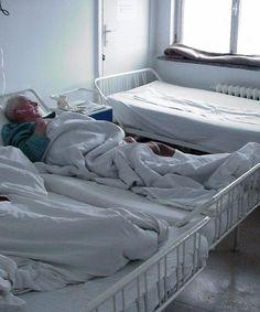 """De luni, Spitalul Orăşenesc Odobeşti, închis în urmă cu doi ani, când a fost la un pas să fie transformat în cămin de batrâni, va intra, oficial, în administrarea Spitalului Judeţean de Urgenţă """" Sf. Pantelimon"""", din Focşani. Membri a două comisii, una din partea Primăriei, cealaltă din partea spitalului, se vor întâlni pentru a finaliza procedurile legale în vederea dării în administrare a unitătii spitaliceşti. Bed, Home, Stream Bed, Ad Home, Homes, Beds, Haus, Bedding, Houses"""