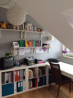 Arbeitsplatz in schöner Frankfurter Dachbodenwohnung in Bockenheim.  2-zimmer-Wohnung in Frankfurt.  #Zwischenmiete #Homeoffice #Arbeitsplatz #Bücherregal #Office