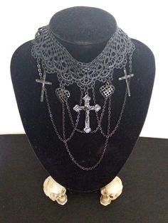 Collarino gotico con croci pendenti