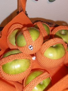 HALLOWEEN APPLE AMIGURUMI COSY Halloween Apples, Cosy, Craft Ideas, Fruit, Crafts, Amigurumi, Manualidades, Handmade Crafts, Craft