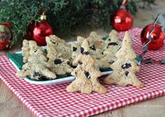 Biscotti salati con olive e pistacchi - Una sfiziosa e saporita idea Biscuits, Antipasto, Xmas Food, Olive, Canapes, Crackers, Finger Foods, Gingerbread Cookies, Christmas Time