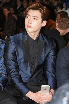 Updated : January 12 201 Actor Lee Jong-suk was spotted at British luxury fashion brand Burberry's menswear show in London on Saturday. The with devilish good looks appeared gorgeous in. Lee Jong Suk, Jung Suk, Asian Actors, Korean Actors, Doctor Stranger, Lee Young, Jackson, Cute Actors, Kim Woo Bin