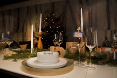 Place the plates on top of a tray to add an exclusive look to your Christmas table - and it's easy to clear the table!