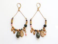 Paire de boucles d'oreille en laiton doré verni, perles en verre, et corail de la boutique precieusesridicules sur Etsy