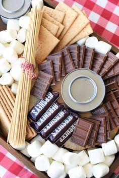 Simple S'mores Charcuterie Board Idea S'mores Charcuterie Board-A fun idea for outdoor entertaining this summer! Make a cute charcuterie board with marshmallows, graham crackers and chocolate, then let guests create their own s'more! Mini Desserts, Birthday Desserts, Dessert Recipes, Plated Desserts, Cheesecake Desserts, Raspberry Cheesecake, Cake Recipes, Bruschetta Bar, Charcuterie Recipes