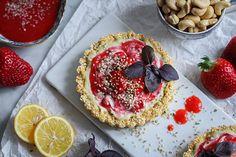 Rohköstliche Erdbeer-Aprikosen-Törtchen mit Basilikum