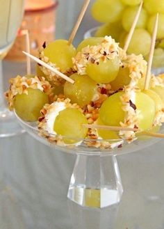 amuse-bouche facile - des mini-brochettes en cure-dents avec du raisin, rempli de fromage et saupoudré de noix concassées