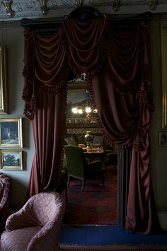 Kig fra salonen til dagligstuen - gennem assymmetriske gardiner Home And Living, Living Room, Goth Home Decor, Antique Interior, Gothic House, Curtain Designs, Beautiful Interiors, Victorian Homes, Interiores Design