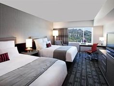 Conveniently located in the heart of Hollywood, this 628-room hotel is popular with corporate travellers and families.