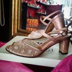Νυφικά παπούτσια Χειροποίητα με χοντρό χαμηλό τακούνι και κέντημα από πέρλες Bridal Shoes, Low Heels, Pearls, Sandals, Handmade, Fashion, Bride Shoes Flats, Moda, Bride Shoes